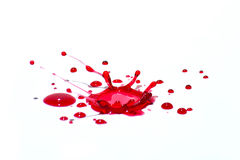 Gotas líquidas vermelhas lustrosas (chapinha) isoladas no branco Foto de Stock Royalty Free