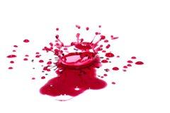 Gotas líquidas vermelhas lustrosas (chapinha) isoladas no branco Fotografia de Stock