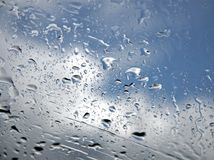 Gotas lluviosas en la ventana Fotos de archivo libres de regalías