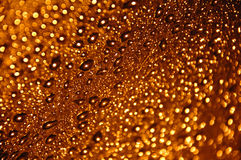 Gotas minúsculas del agua del oro Foto de archivo