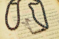 Gotas musulmanes del rosario en el Quran santo Fotografía de archivo libre de regalías