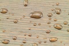 Gotas naturais da água em de madeira preto imagens de stock