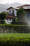 Gotas pintadas (con vaporizador) del agua y las casas brumosas Fotografía de archivo