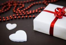 Gotas rojas, corazones blancos y regalo Imágenes de archivo libres de regalías
