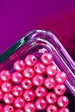 Gotas rosadas redondas en el plato de cristal Imagen de archivo libre de regalías