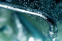 Gotas y grifo del agua Imagenes de archivo