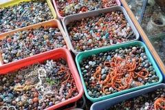 Gotas y herramientas coloreadas multi para hacer la joyería y los artes, Pushkar, la India Foto de archivo