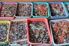 Gotas y herramientas coloreadas multi para hacer la joyería y los artes, Pushkar, la India Imágenes de archivo libres de regalías