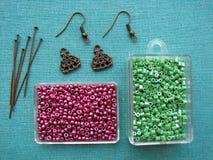 Gotas y pedazos para hacer los pendientes, joyería hecha a mano Fotografía de archivo