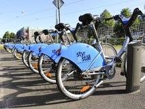 Goteborg Suecia - la ciudad del 9 de agosto de 2012 Bikes en conseguido Fotos de archivo libres de regalías
