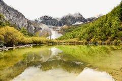Gotee el lago Zhenzhu Hai en la reserva nacional de Yading Foto de archivo
