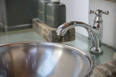 Gotejamento da água do torneira imagem de stock