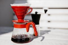 Gotejamento do café ajustado na tabela de madeira fotos de stock