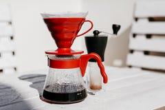 Gotejamento do café ajustado na tabela de madeira foto de stock