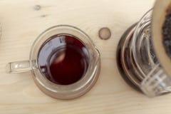 Gotejamento do café de cozinhar o estilo do gotejamento do filtro na tabela fotos de stock