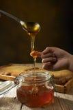 Gotejamento do mel de uma colher Imagens de Stock Royalty Free