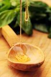 Gotejamento do mel na colher de madeira fotos de stock