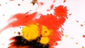 Gotejamento vermelho em uma folha molhada, pulverizador abstrato psicadélico da pintura da aquarela no papel filme