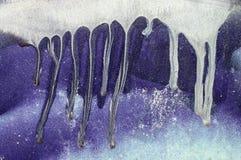 Gotejando a pintura branca, azul na superfície de metal roxa 5 Foto de Stock