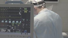 Goteje com o monitor de ECG na sala de operação, não cor corrigida, boa para a classificação da cor filme