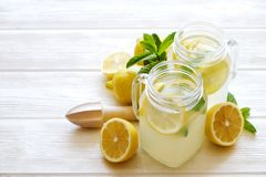Goten de de zomer gezonde niet alcoholische cocktails, citrusvrucht waterdranken, limonades met kalkcitroen of sinaasappel, dieet stock afbeelding
