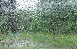 Goteo abajo de gotas de la lluvia en el vidrio Fotografía de archivo libre de regalías