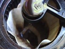 Goteo de la agua caliente en los argumentos de café metrajes