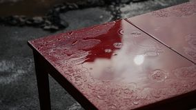 Goteo de la lluvia en una tabla vieja roja almacen de video