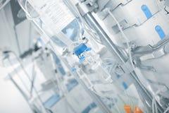 Goteo del intravenoso en sala en el fondo del equipo moderno imagen de archivo libre de regalías