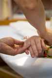Goteo en la mano de los pacientes Foto de archivo libre de regalías