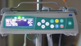 Goteo intravenoso con el sitio en funcionamiento del monitor de ECG Cámara lenta 3840x2160 almacen de metraje de vídeo