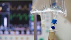 Goteo IV en un hospital ER almacen de metraje de vídeo