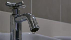 Goteos del agua del golpecito de agua almacen de video