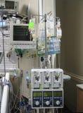 Monitor médico e IV goteos foto de archivo