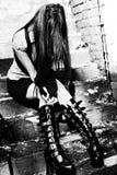 goth坐的台阶妇女年轻人 免版税库存图片