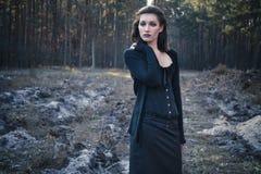 Νέα σκεπτική γυναίκα goth σε ένα δάσος φθινοπώρου Στοκ Εικόνες