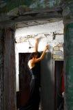 Goth femenino que presenta en umbral Foto de archivo libre de regalías