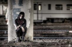 Goth Frau an der Spalte Stockbilder