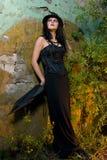Goth Frau, die auf Wand sich lehnt lizenzfreies stockfoto