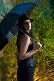 Goth Frauen-Holdingregenschirm stockbild