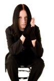 Goth joven que se sienta en una silla de la barra Imagen de archivo