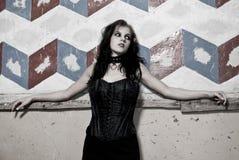 Goth Mädchen, das auf Wand sich lehnt lizenzfreies stockfoto