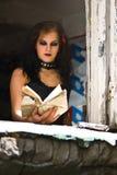 Goth Mädchen, das ein Buch liest lizenzfreies stockbild