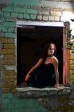 Goth Mädchen im Fenster lizenzfreie stockfotos