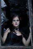 Goth Mädchen und unterbrochenes Fenster lizenzfreie stockbilder