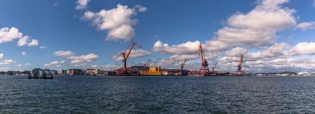 Gothenburg, Suécia - 14 de abril de 2017: Panorama do porto de G fotos de stock royalty free