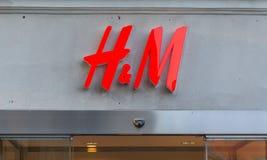 Gothenburg, Zweden - September 28, 2017: HM Logo op Grey Concret Royalty-vrije Stock Afbeelding
