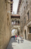 Gothic bridge in Carrer del Bisbe street, in Barcelona, Spain Royalty Free Stock Photos
