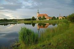 Gotique kyrka in mest, tjeckisk republik Arkivbilder