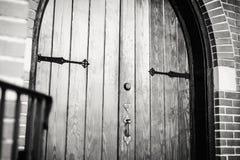 Gotisch-ähnliche Tür, Griffe und Scharniere Stockfoto